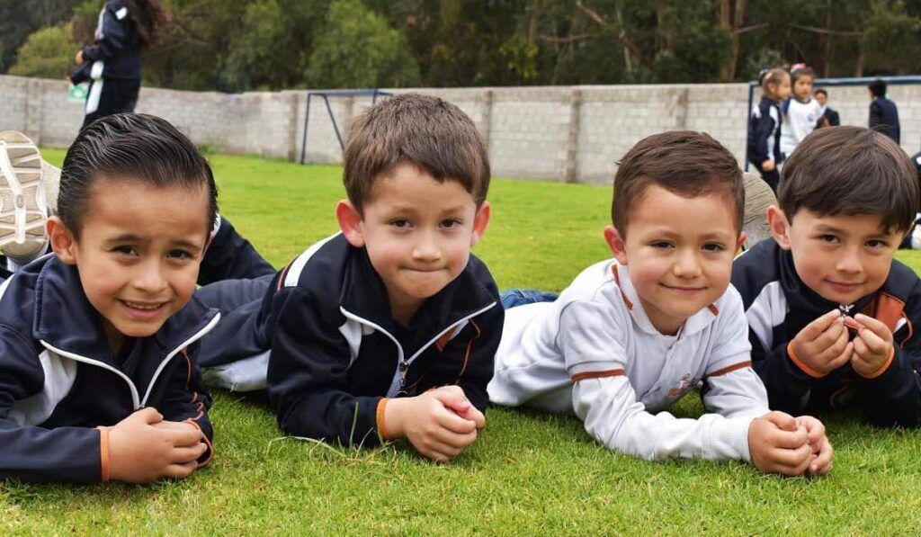 Niños felices acostados